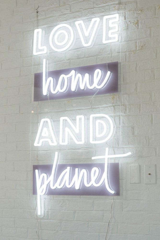 création néon LED blanc froid et UV print violet néon entreprise