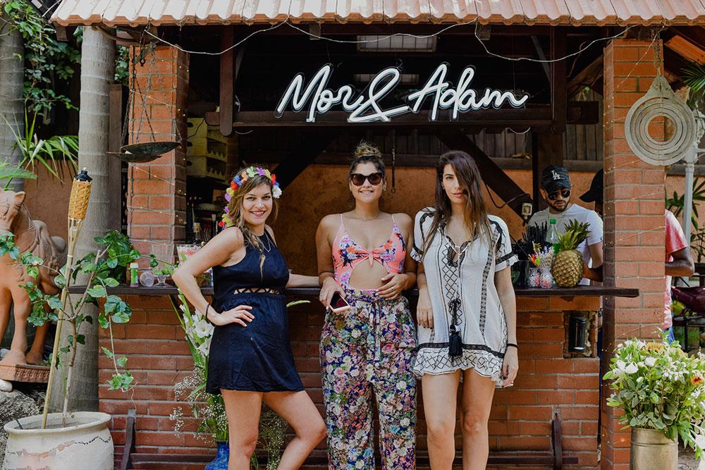 création néon pour mariage Mor & Adam en blanc froid attaché au bar en extérieur