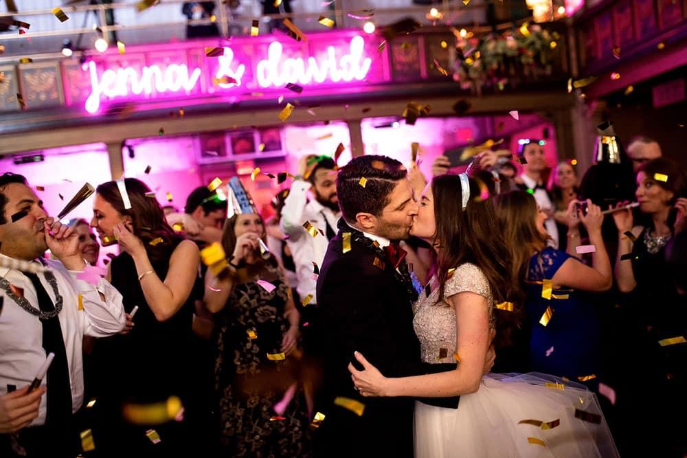 création néon led pour mariage jenna & david police en attaché néon rose suspendu