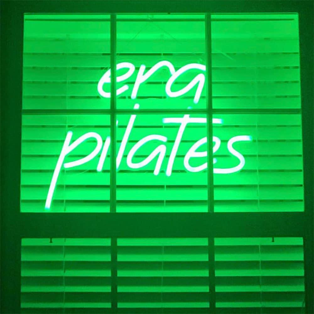 néon led vert posé face à la fenêtre pour meilleure visibilité era pilates