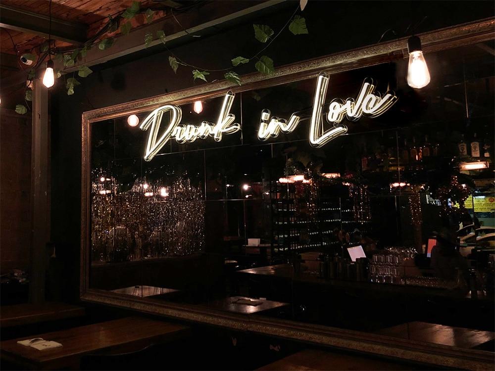 création néon LED Drunk in Love suspendu dans un bar néon blanc froid