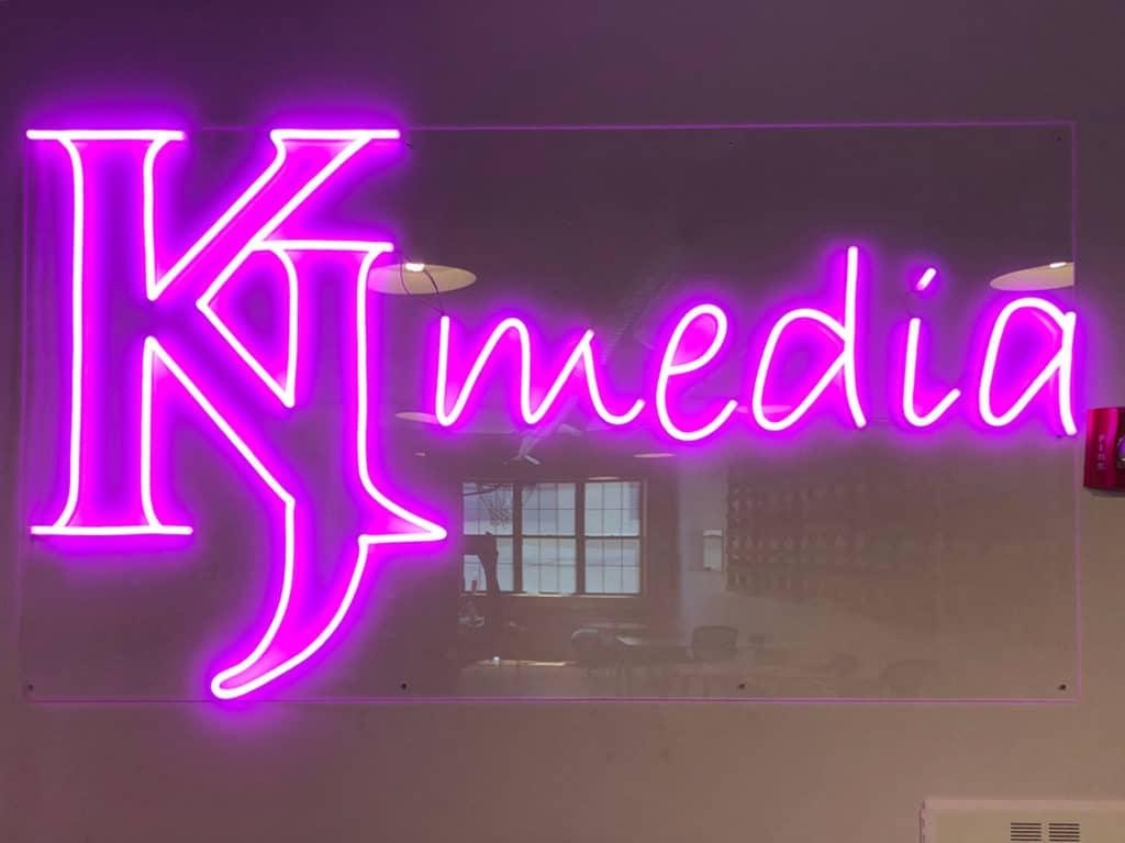 création néon led logo KJ media rose sur support acrylique transparent rectangle
